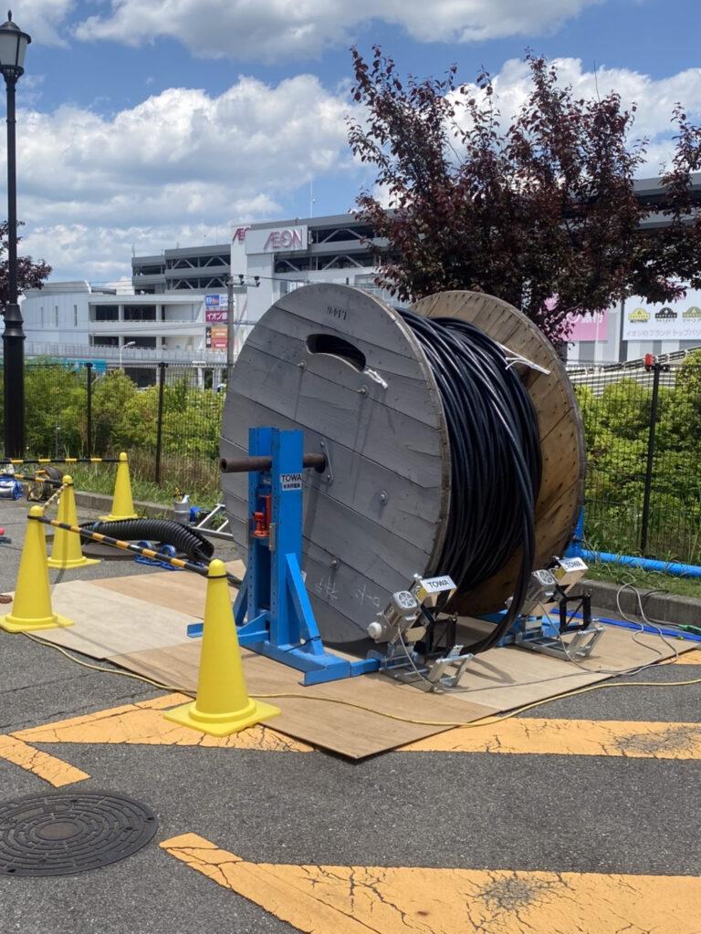 神戸三田プレミアムアウトレットでの昼間の高圧ケーブル延線作業
